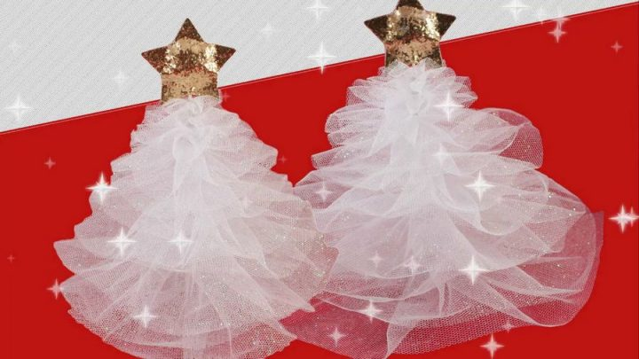 Tulle Christmas trees on a red table